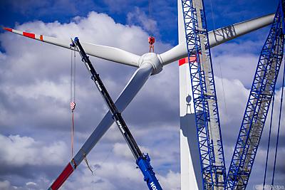 Ein Windrad wird montiert - Hoort, APA/dpa