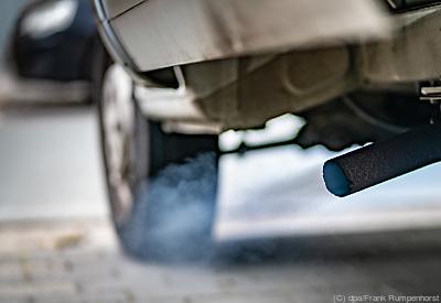 Bläuliche Rauchwolken des Dieselmotors eines Kleinlasters  - Frankfurt/Main, dpa/Frank Rumpenhorst