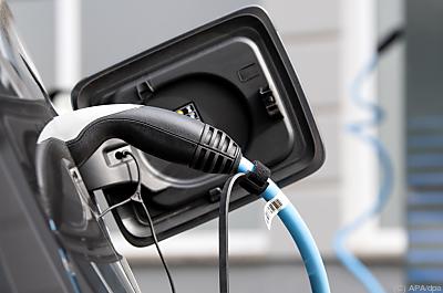In Pandemie wollen mehr Menschen mit dem (Elektro-)Auto fahren  - Forstinning, APA/dpa