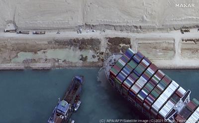 """Die """"Ever Given"""" wird inzwischen gesichert  - Suez, APA/AFP/Satellite image ©2021 Maxar Technologies"""