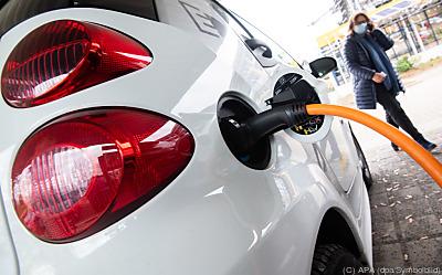 Die jährlichen Benzinkosten sind 90 Prozent höher als die Stromkosten  - Laatzen, APA (dpa/Symbolbild)