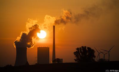 Ein Kohlekraftwerk emittiert in den Sonnenuntergang  - Hohenhameln, APA/dpa