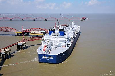 Russischer LNG-Tanker im Hafen von Nantong, China  - Nantong, APA (AFP)