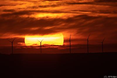 Sonnenaufgang über Windrädern - Ochsenwang, APA/dpa