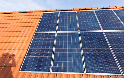 Photovoltaik-Anlage auf dem Dach eines Hauses  - Haren, APA (dpa)