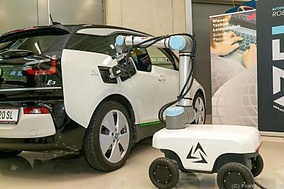 Der autonome mobile Laderoboter soll der E-Mobilität zu mehr Fläche verhelfen und Sorgen um Reichweite und Lademöglichkeiten ausräumen